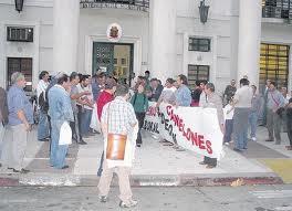 FUNCIONARIOS MUNICIPALES ENOJADOS CON EL INTENDENTE DE CANELONES DR. MARCOS CARAMBULA