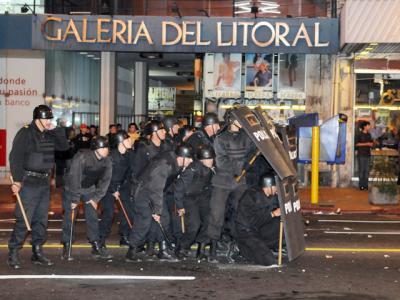 UNA MARCHA CON PROBLEMAS Y LA POLICÍA TUVO QUE ACTUAR YA QUE LOS ATACARON CON BOMBAS MOLOTOV QUIZAS ALGUN INFILTRADO, QUIEN SABE,,,???