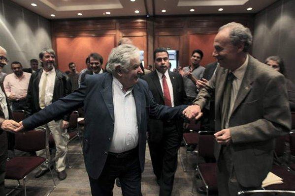 URUGUAY DONDE LOS EXTRANJEROS SE HACEN LA AMERICA Y LOS URUGUAYOS CADA VEZ ESTAMOS PEOR. DEJEN LOS VERSOS POR FAVOR.-