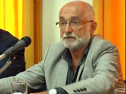 "PROF. DIRECTOR DE SECUNDARIA JUAN PEDRO TINETTO PASEANDO EN EL EXTERIOR ""NO LES QUEDABA OTRA. QUE TIRARLO PARA AFUERA""."