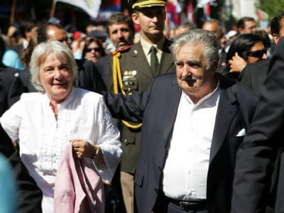 ¿USTED QUE DESEA? UN URUGUAY LIBRE Y DEMOCRÁTICO O UNA CUBA  DONDE NO HAY LIBERTAD DE PRENSA Y SIEMPRE ESTARÁ SUBORDINADO EL PUEBLO AL GOBIERNO.-